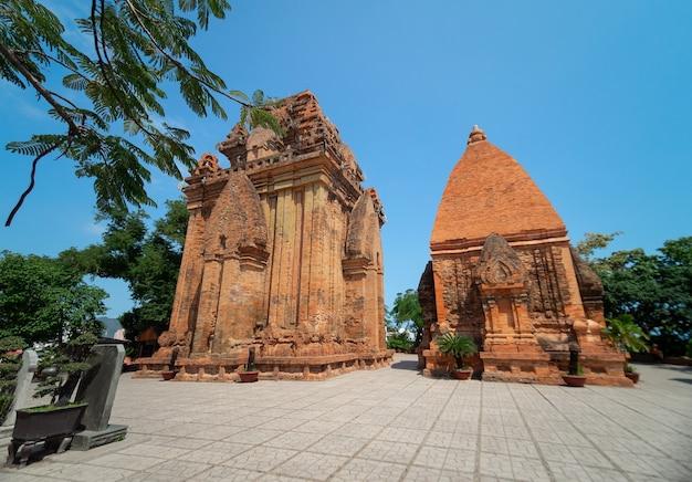Po nagar cham tower, antico tempio di nha trang, vietnam nella luce del giorno estiva con cielo blu chiaro (vista posteriore)