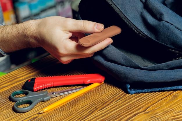 Sigaretta elettronica pod o stick di vapore alla nicotina a sacchetto di scuola.