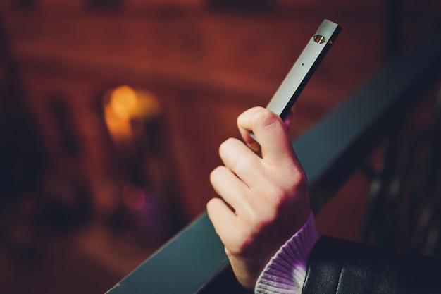 Vape pod o sistemi ultraportatili è la più recente tecnologia di sigaretta elettronica. vape pod isolato su sfondo bianco.