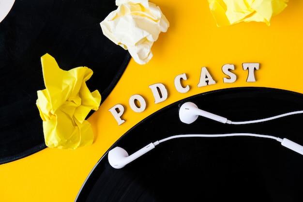 Lettering podcast e album di dischi in vinile, carta stropicciata per cuffie in stile minimalista su sfondo giallo. millenario. blogger, podcaster. stile retrò. audiolibri. nuovo episodio disponibile.