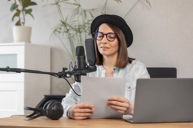 Podcaster crea contenuti donna europea registra podcast con microfono e cuffie caucasici