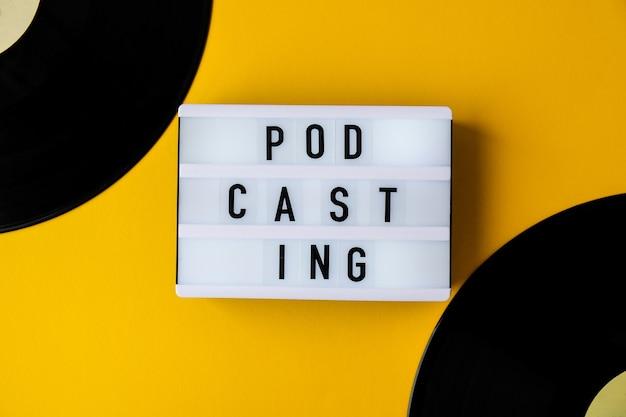 Podcasting lettering e album di dischi in vinile in stile minimalista su sfondo giallo. millenario. blogger, podcaster. stile retrò. audiolibri. nuovo episodio disponibile.
