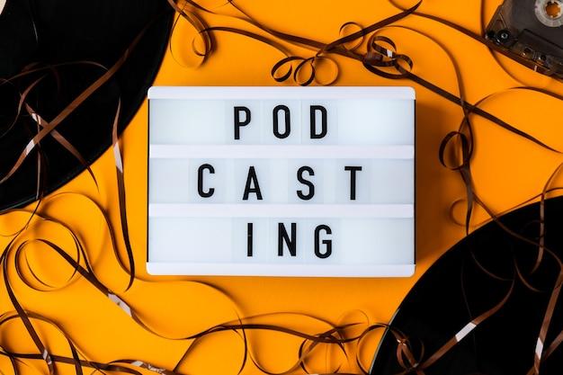 Podcasting lettering e album di cassette audio in vinile in stile minimalista su sfondo giallo. millenario. blogger, podcaster. stile retrò. audiolibri. nuovo episodio disponibile.
