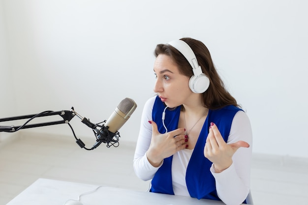 Podcasting, musica e concetto radiofonico - donna che parla alla radio, lavora come presentatrice.