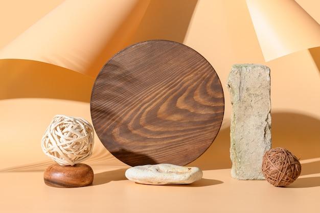 Podi per prodotti di materiali naturali pietra, mattoni, tavola di legno con ombra solare sullo spazio beige