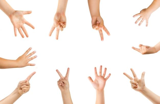 Indicando al centro. mani dei bambini che gesturing isolato su sfondo bianco studio, copyspace per annuncio. folla di bambini che gesticolano. concetto di infanzia, educazione, scuola materna e tempo scolastico. segni e sensi.