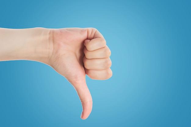 Gesto indicante. la mano femminile mostra il dito indice su un isolato bianco del fondo