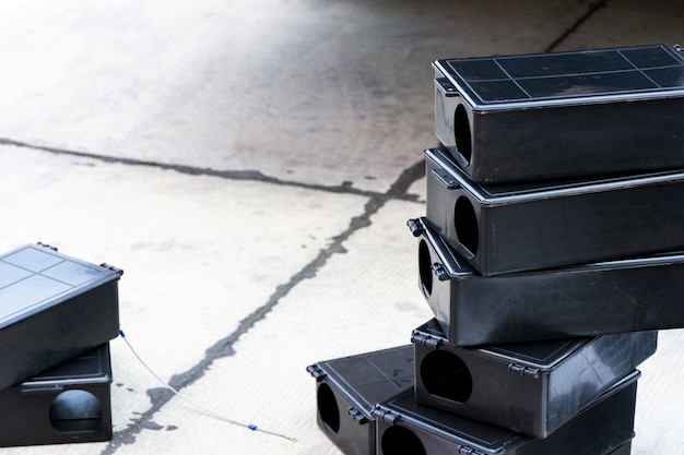 Scatola di trappole per topi velenose sul pavimento. stazione di ratto veleno all'aperto in fabbrica.