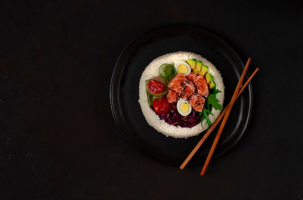Poke bowl, piatto di salmone, riso, verdure, uova di quaglia, avocado, limone, cibo sano, vista dall'alto, orizzontale, senza persone. foto di alta qualità