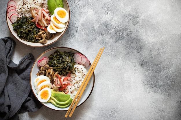 Poke bowl con granchio, riso, avocado e uovo