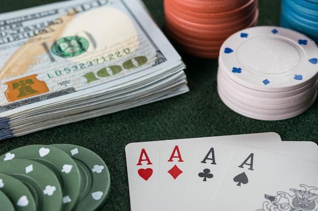 Carte da poker, fiches e contanti sul tavolo del casinò. concetto di gioco d'azzardo, messa a fuoco selettiva