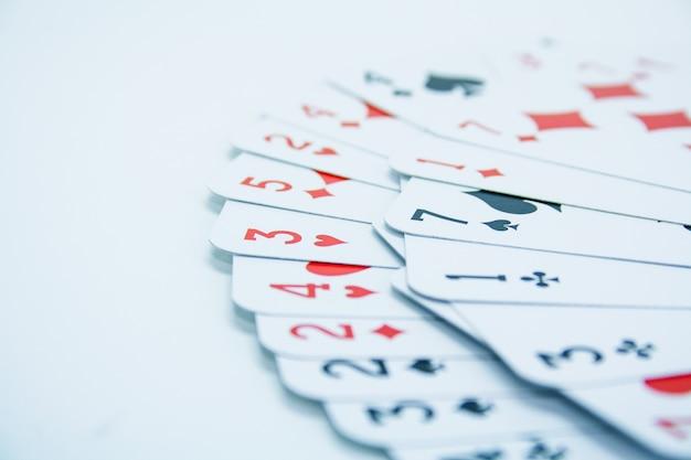 Carte da poker in sfondo bianco