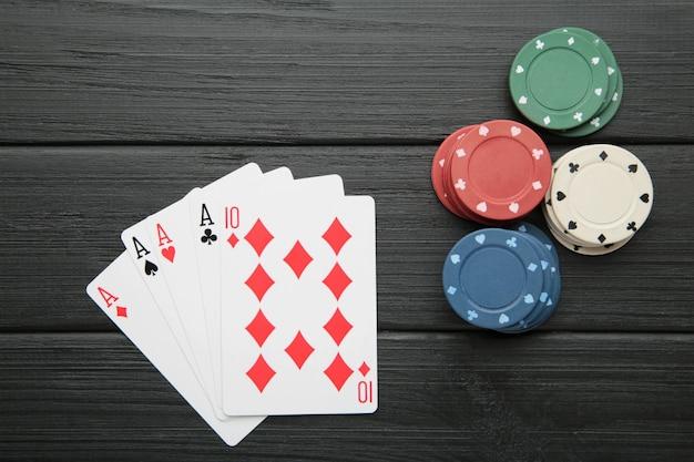 Fiches da poker sulla parete di legno nera. casinò. vista dall'alto
