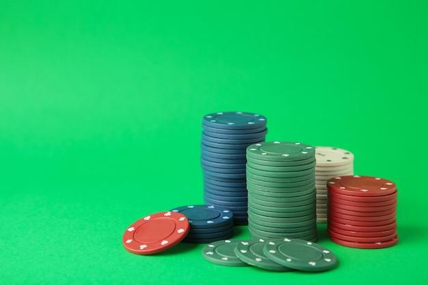 Fiches da poker su una parete verde. vista dall'alto