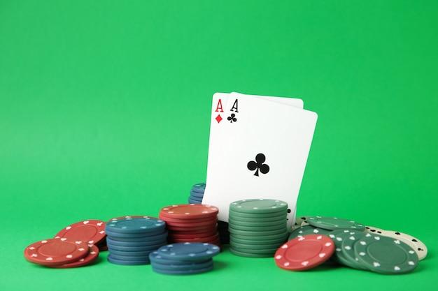 Fiches da poker e carte da gioco sulla parete verde. casinò