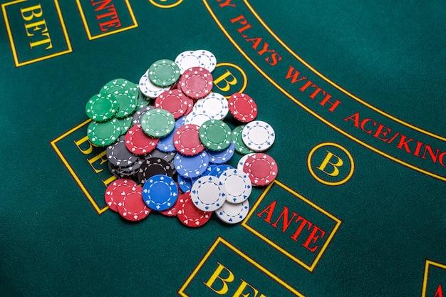 Fiches da poker su un tavolo da poker al casinò. avvicinamento. vincitore delle patatine