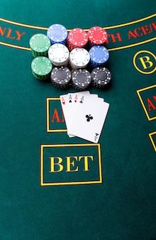 Fiches da poker su un tavolo da poker al casinò. avvicinamento. quattro assi, una combinazione vincente. vincitore delle patatine