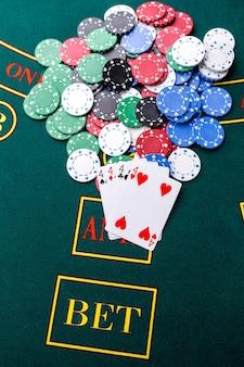 Fiches da poker su un tavolo da poker al casinò. avvicinamento. quad, una combinazione vincente. vincitore delle patatine
