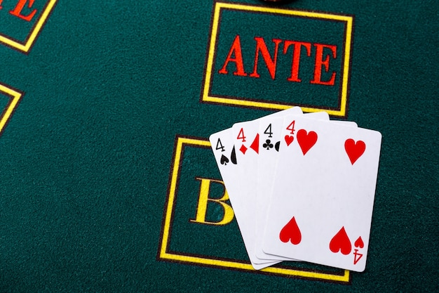 Fiches da poker su un tavolo da poker al casinò. avvicinamento. quad, una combinazione vincente.