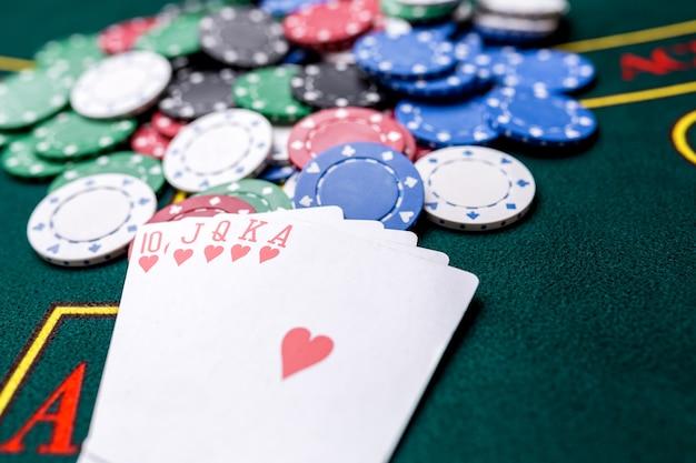 Fiches da poker su un tavolo da poker al casinò. avvicinamento. scala reale, combinazione vincente. vincitore delle patatine