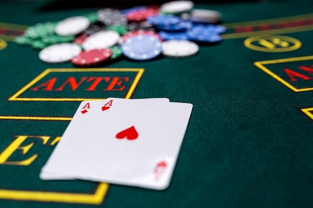 Fiches da poker su un tavolo da poker al casinò. avvicinamento. due assi, una combinazione vincente. vincitore delle patatine