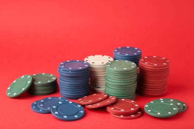 Fiches da poker su una parete rossa. vista dall'alto