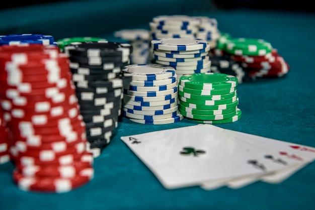 Fiches da poker con quattro assi al tavolo del casinò