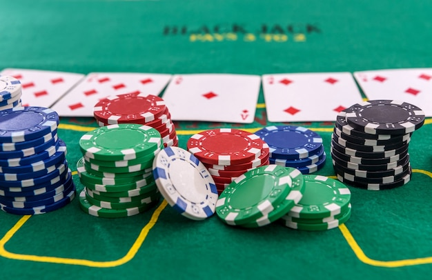 Fiches da poker con carte da gioco sul tavolo per il blackjack