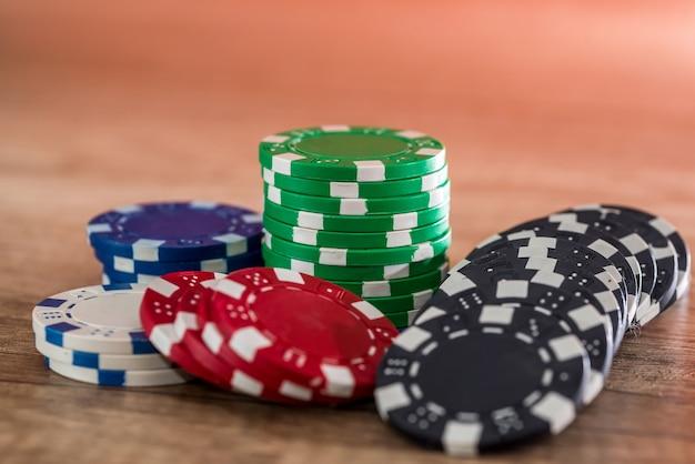 Fiches da poker sulla scrivania in legno, concetto di gioco d'azzardo