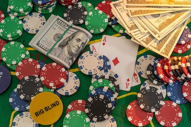 Combinazione di poker con fiches che giocano a carte e vinci dollari nel tavolo del casinò. gioco d'azzardo