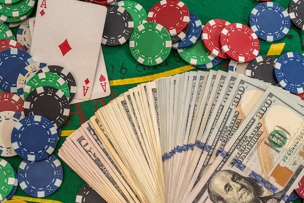Combinazione di poker con fiches che giocano a carte e vinci dollari nel tavolo del casinò