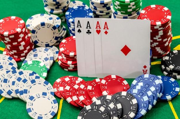 Gioco di poker con quattro assi e fiches