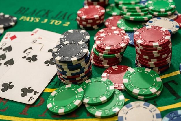 Carte da gioco poker e fiches sul tavolo verde. texas holdem