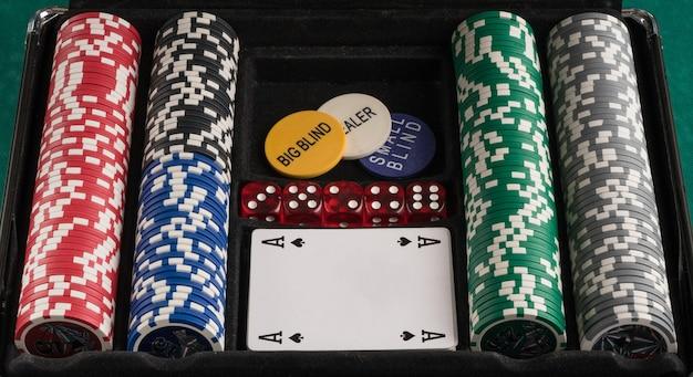 Set da poker con fiches e carte. il concetto di gioco d'azzardo e intrattenimento. casinò e poker