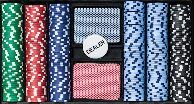 Set da poker con carte patatine e mazziere, vista dall'alto