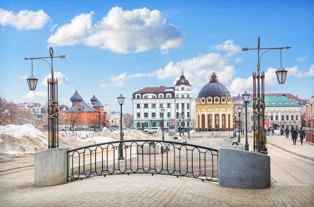 Pokrovsky old believer cathedral e la rotonda gialla a kazan sotto un cielo blu