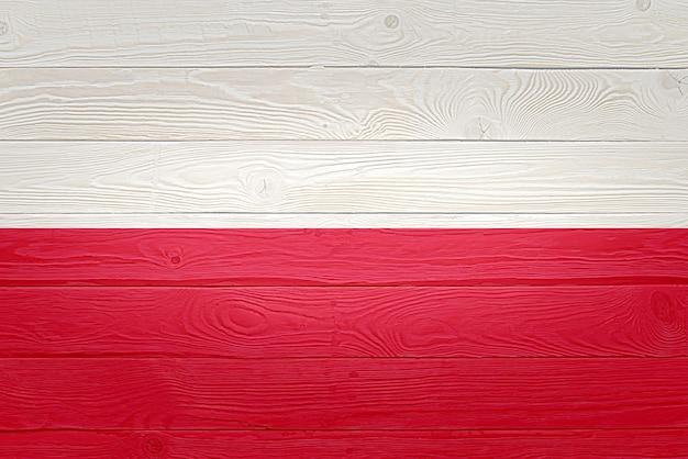 Bandiera della polonia dipinta sul vecchio fondo di legno della plancia