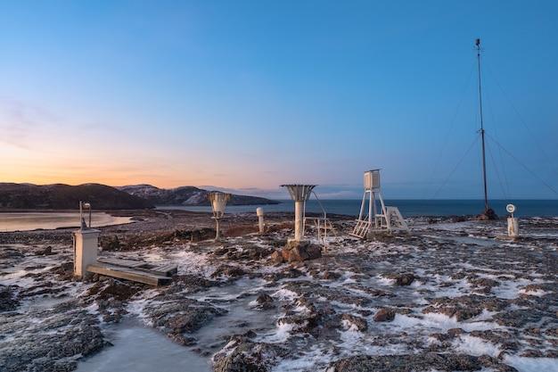 Stazione meteo polare su una collina sulla riva del mare di barents, penisola di kola, russia