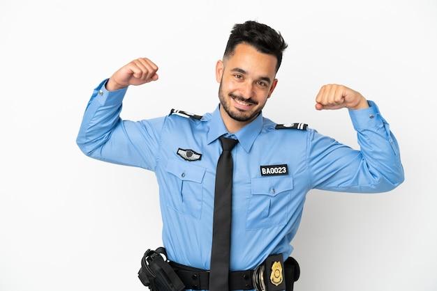 Uomo caucasico della polizia isolato su sfondo bianco che fa un gesto forte