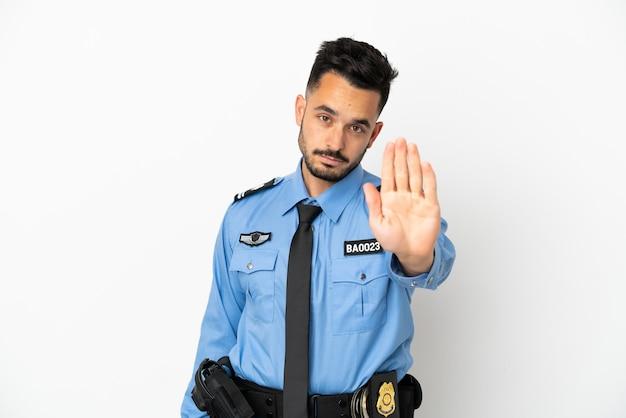 Uomo caucasico della polizia isolato su priorità bassa bianca che fa gesto di arresto