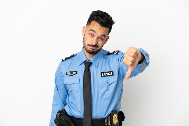 Uomo caucasico della polizia isolato su sfondo bianco che mostra il pollice verso il basso con espressione negativa