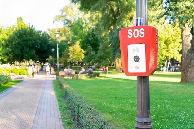 Pulsante di emergenza della polizia nel parco pubblico