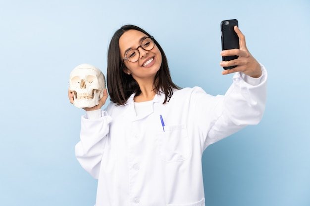 Ragazza dello specialista forense della polizia sopra fondo isolato che fa un selfie