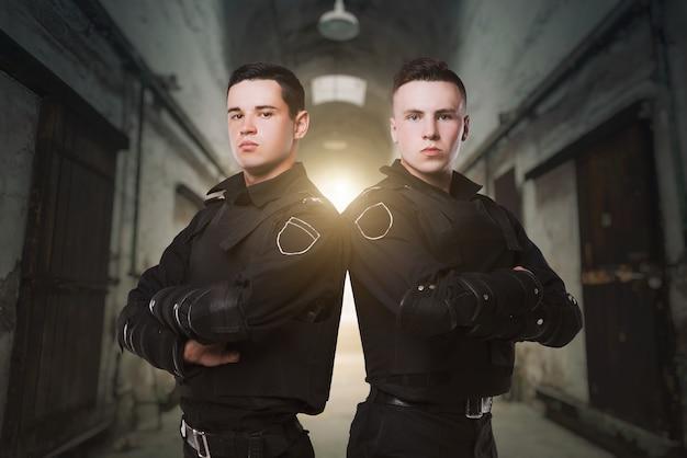 Agenti di polizia a guardia della legge