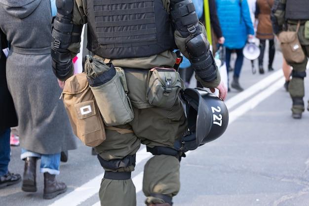 Il poliziotto sorveglia la manifestazione pacifica. città moderna