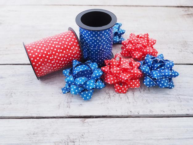 Rotoli di nastro a pois e fiori artificiali per la confezione regalo