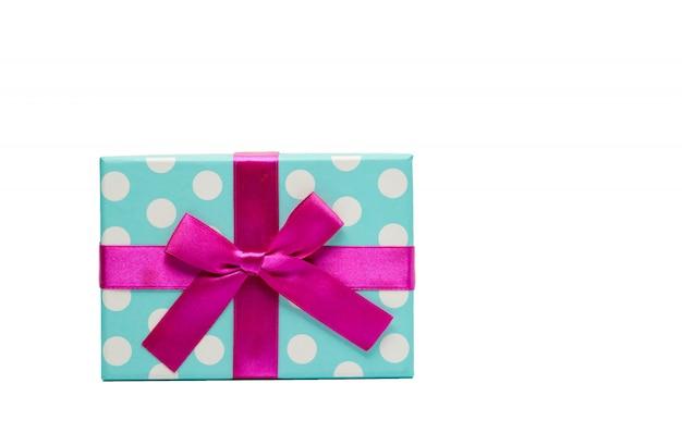 Confezione regalo punteggiata a pois con fiocco in nastro rosa isolato su sfondo bianco con spazio di copia, basta aggiungere il tuo testo. utilizzare per il festival di natale e capodanno