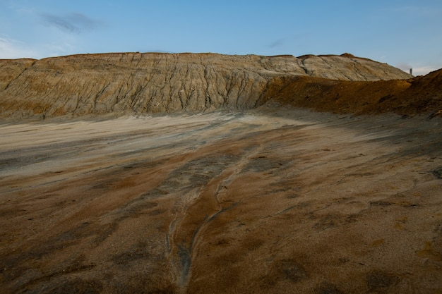 Suolo screpolato inquinato su un territorio con una cattiva situazione ambientale che può essere utilizzato come sfondo o illustrazione di una catastrofe ecologica