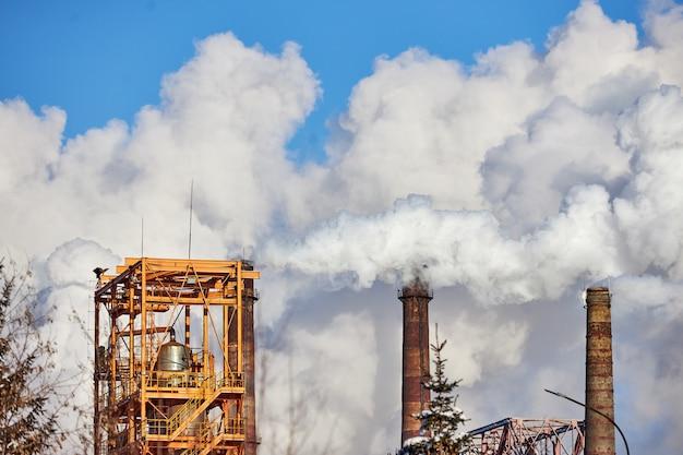 Inquinamento dell'atmosfera da parte della fabbrica. gas di scarico. disastro ambientale. ambiente povero in città. fumo e smog. emissioni nocive nell'ambiente
