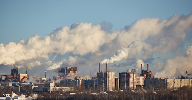 Inquinamento dell'atmosfera da parte della fabbrica. gas di scarico. disastro ambientale
